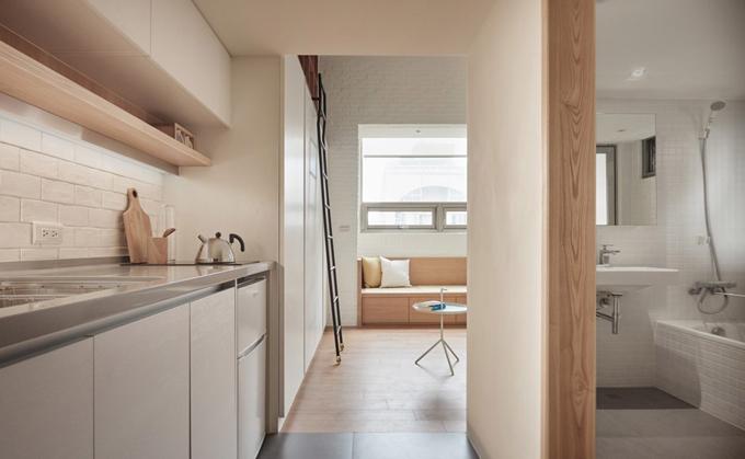 Căn hộ được sơn màu trắng, lát gỗ sồi sáng cho sàn, giúp không gian thoáng, rộng.