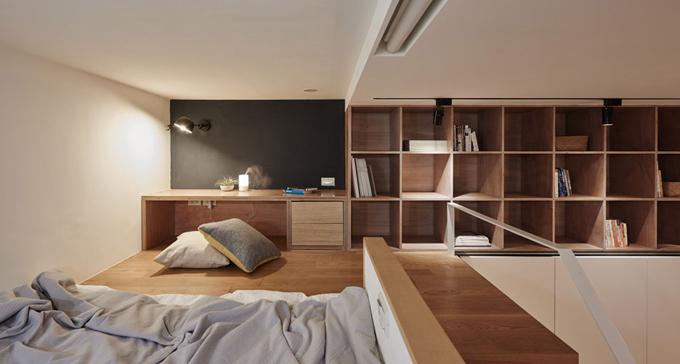 Tầng lửng là chỗ ngủ của cô gái trẻ, một bàn đọc sách nhỏ.Cô có thể tiện tay với lấy những cuốn sách ở các kệ vuông phía bên cạnh.