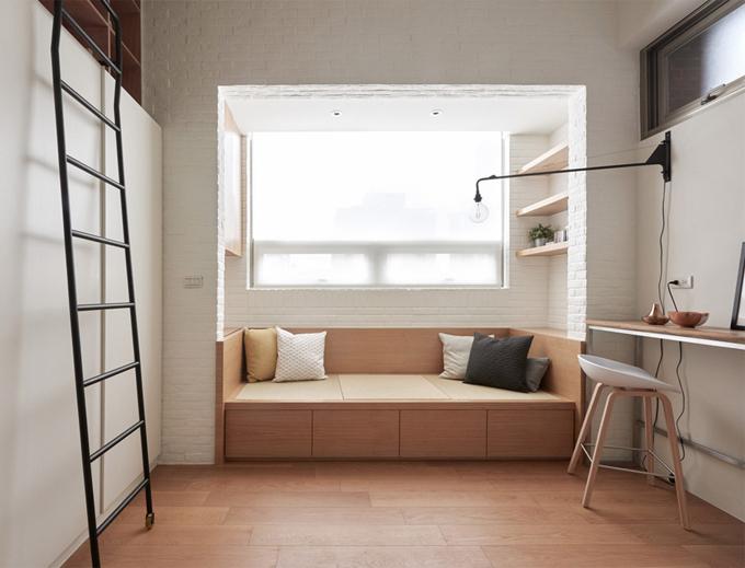 Khu vực sinh hoạt chung có cả một ghế lớn để gia chủ tiếp khách hoặc đọc sách bên cửa sổ. Phía dưới ghế ngồi là các ngăn kéo để đựng đồ.