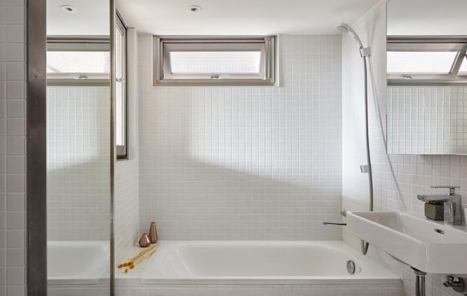Gia chủ là một phụ nữ trẻ, thường xuyên công tác xa nhà. Những gì cô cần là khi về nhà được tắm nước nóng và ngủ ngon. Chính vì thế, nhóm kiến trúc sư đã tạo nên phòng tắm có đầy đủ tiện nghi, có bồn tắm, di chuyển máy giặt vào khu bếp để không gian trở nên rộng rãi hơn.
