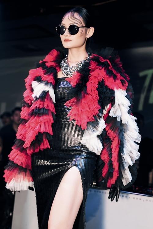 Tôi mong muốn tạo ra những trang phục màphụ nữkhoác lên sẽ thể hiện sự độc lập, mạnh mẽ và quyền lực, NTK 9X nói.