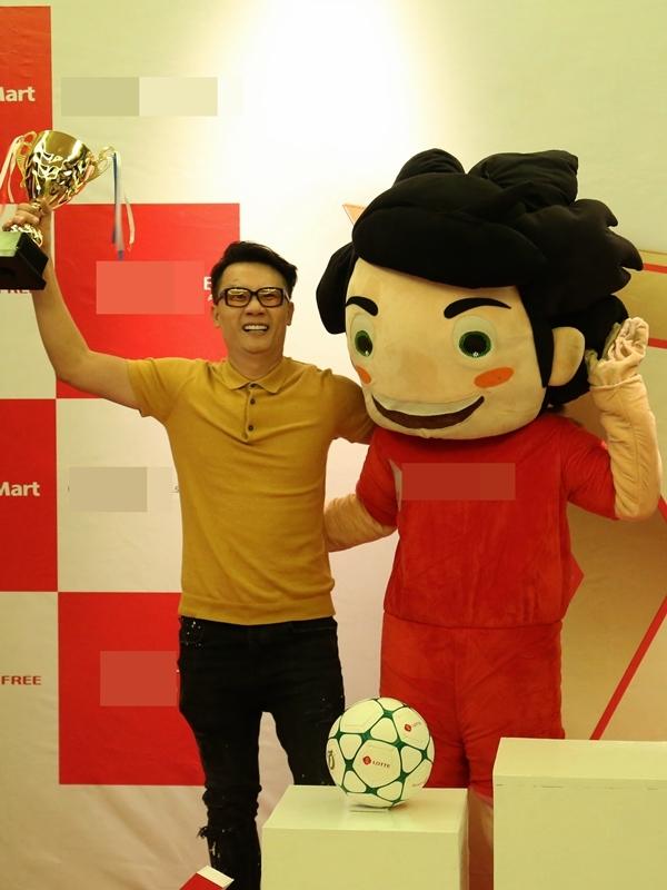 Ca sĩ Hoàng Bách cũng là khách mời đặc biệt của chương trình. Anh hy vọng các thí sinh nhí nỗ lực tập luyện, nuôi dưỡng đam mê đểtrở thành những tài năng phục vụ cho nền bóng đá nước nhà trong tương lai.