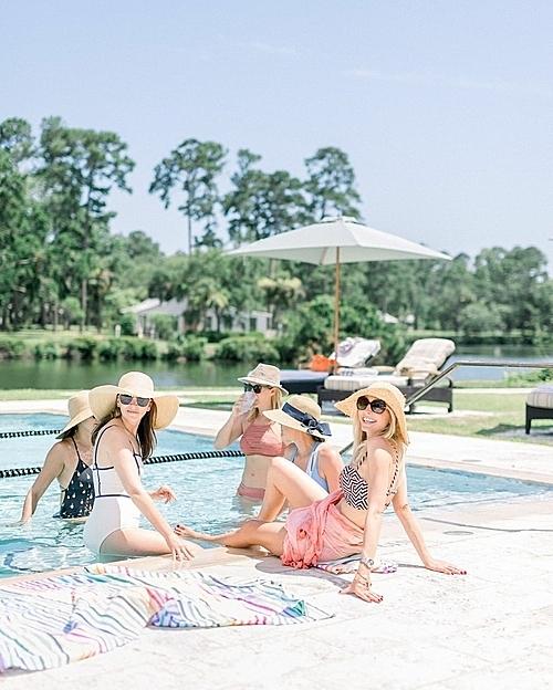 Ngoài bể bơi ngoài trời và thuê du thuyền đi dạo trên sông May, khách tới đây có thể đặt các dịch vụ nhưchèo thuyền kayak, cưỡi ngựa hoặc đạp xe.