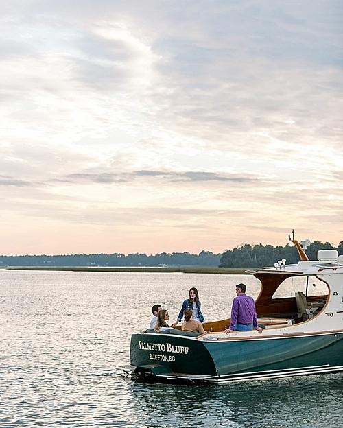 Montage Palmetto Bluff hotel có một sân golf tiêu chuẩn được thiết kế bởi tay golf nổi tiếngJack Nicklaus, và một bến du thuyền - nơi du khách tận hưởng cảnh hoàng hôn trên dòng sông May.