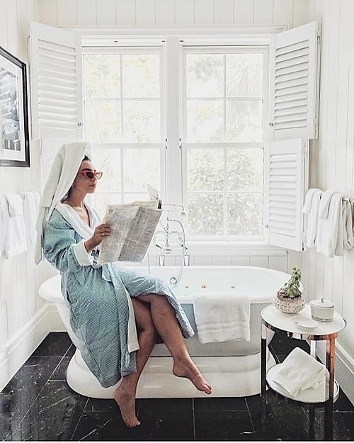 Màu trắng là tone màu chủ đạo của khu nghỉ dưỡng Montage Palmetto Bluff từ tường nhà, bồn tắm, cửa sổ cho tới bàn ghế, giường tủ... mang tới cảm giác tươi sáng, thoải mái cho du khách.