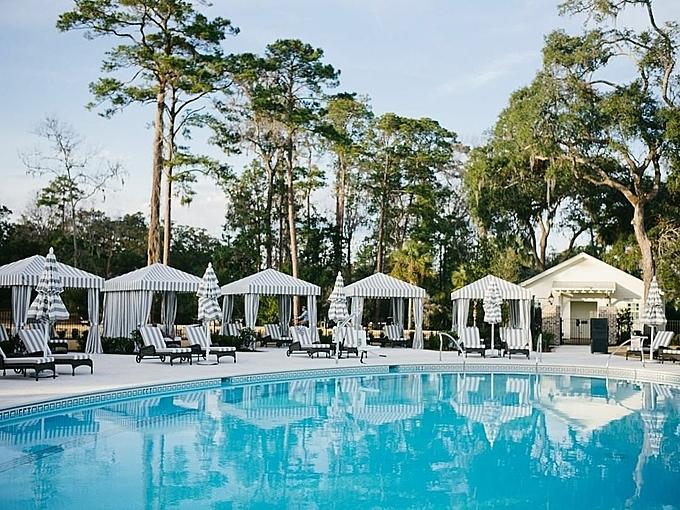 Thay vì lựa chọn những khu vực xa hoa, ngôi sao nhạc Pop lựa chọn khu nghỉmang phong cách đồng quê, gần gũi thiên nhiên với mức giá từ 400 USD/đêm -mức giá thuộc phân khúc trung bình. Resort có 3 bể bơi ngoài trời, ẩn giữa những rừng cây xanh um.