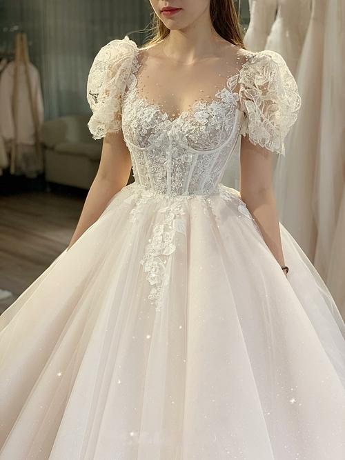 Cách dựng phom corset với 12 chiếc nẹp chạy dọc từ dưới chân ngực tới eo giúp nàng dâu có dángthắt đáy lưng ong - một vẻ đẹp chuẩn mực của phụ nữ Á đông.