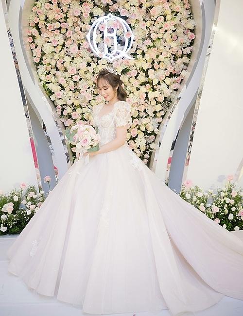 Chất liệu bắt sáng tự nhiên, đa sắc giúp cô dâu trở nên nổi bật mà chẳng cần đến một thiết kế cầu kỳ, diêm dúa.