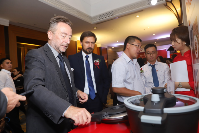Ông Dr. Vítězslav Grepl - Đại sứ Cộng Hòa Séc tại Việt Nam tham quan các quầy hàng của Tập đoàn Elmich tại Sự kiện Elmich Connection Day 2019