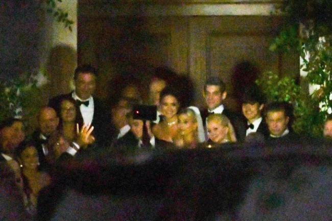 Lễ cưới của Jailey được tổ chức vào khoảng 19h tại nhà thờ trong khu nghỉ dưỡng ở Nam Carolina. Theo E!News, cặp sao đã trao lời thề nguyền trước 154 khách mời. Bố và chị gái Hailey đứng cạnh cô khi chụp hình (bên phải).