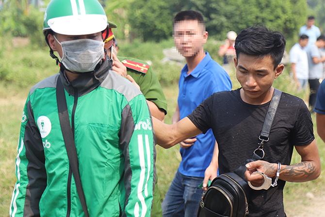 Một người mặc áo Grab đóng giả là nạn nhân. Ảnh: P.D.