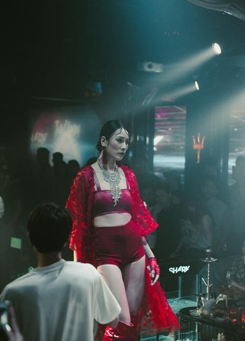 Cùng với Vũ Ngọc Châm và Mai Giang, Giải bạc Siêu mẫu Việt Nam 2018 Bùi Thảo Phương góp sức nóng cho đêm diễn. Cô mặc trang phục màu đỏ, sử dụng phụ kiện là khuyên tai, găng tay cùng tone.