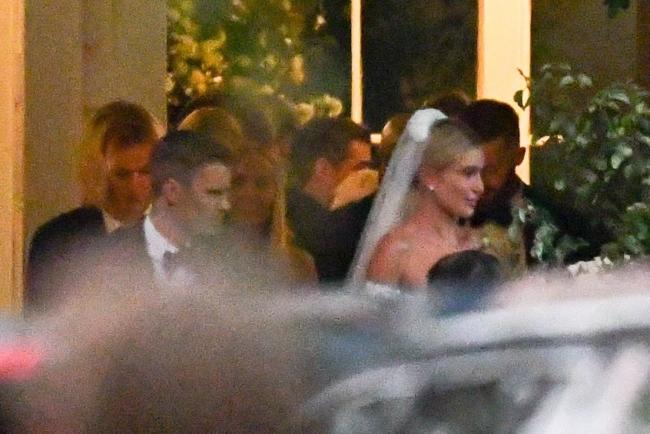 Một số hình ảnh lễ cưới của Justin Bieber và Hailey Baldwin vừa được rò rỉ. Đó là khoảnh khắc bên ngoài nhà thờ, nơi cặp sao và khách khứa chuẩn bị chụp ảnh chung sau hôn lễ. Chú rể Justin lịch lãm với tuxedo, thắt nơ trong khi cô dâu Hailey búi tóc cao, đội voan dài và mặc váy trễ gợi cảm.
