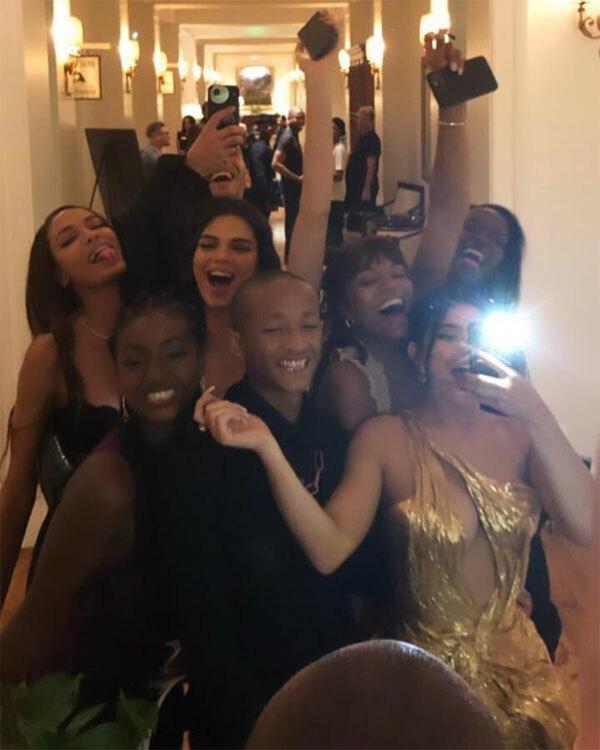 Dàn khách mời gồm toàn ngôi sao selfie trong đám cưới của Justin. Nữ tỷ phú Kylie Jenner (ngoài cùng bên phải) mặc váy xẻ nóng bỏng đứng cạnh người yêu cũ Jaden Smith. Phía sau là siêu mẫu Kendall Jenner và Camila Morrone (bạn gái tài tử Leonardo DiCaprio) cùng ca sĩ Justine Skye (mặc váy tím).