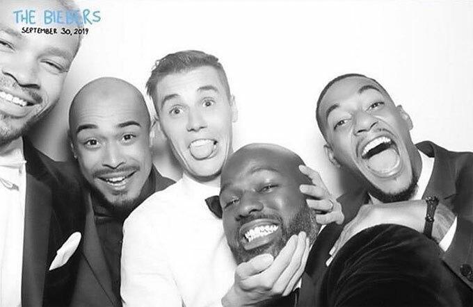 Khách với phong cách trang trọng lúc cưới và chụp hình với người thân, Justin quẩy hết cỡ bên bạn bè. Nam ca sĩ 25 tuổi lần đầu khoe nhẫn cưới trong bức hình.
