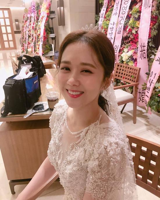 Jang Nara diện váy cưới.