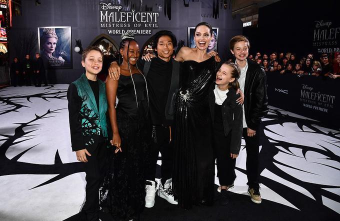 6 mẹ con Angelina Jolie rạng rỡ tại lễ ra mắt phim Maleficent: Mistress Of Evil ở rạp El Capitan, Hollywood. Con trai cả của Jolie, Maddox, vắng mặt vì vừa đi du học ở Hàn Quốc.