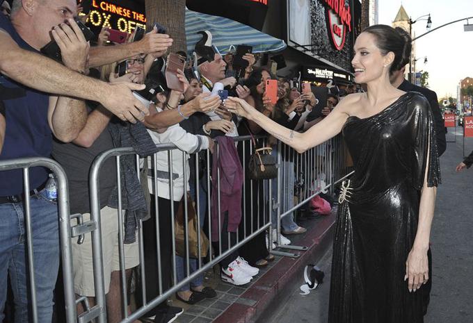 Jolie niềm nở chào người hâm mộ khi đến rạp chiếu.