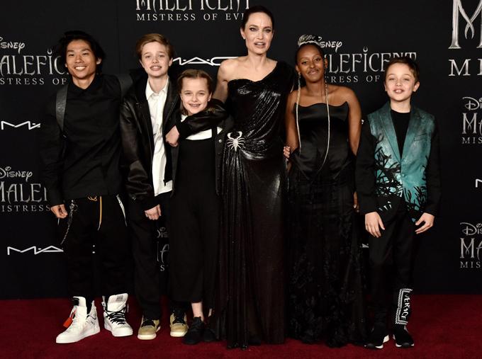 Riêng Jolie mặc đầm gắn hình bọ cạp, tạo phong cách ma mị, quyền lực giống như nhân vật của cô.