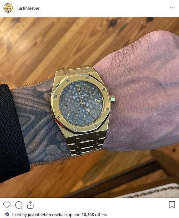 Justin Beiber chia sẻ bức ảnh xem đồng hồ trước giờ hôn lễ. Chiếc đồng hồ là món quà cưới của anh.