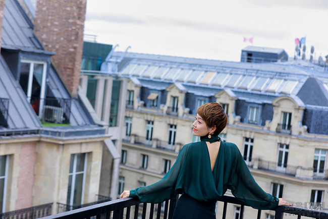 Mã Y Lợi đến với Paris hôm cuối tháng 9. Đây là sự kiện lớn đầu tiên cô tham dự, kể từ sau khi ly hôn tài tử Văn Chương.