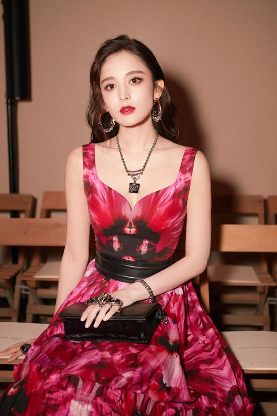 Diễn viên Cổ Lực Na Trát tại một show thời trang trong khuôn khổ Tuần lễ Thời trang Paris 2020. Trang phục và trang điểm đậm giúp cô thêm quyến rũ và sang trọng.