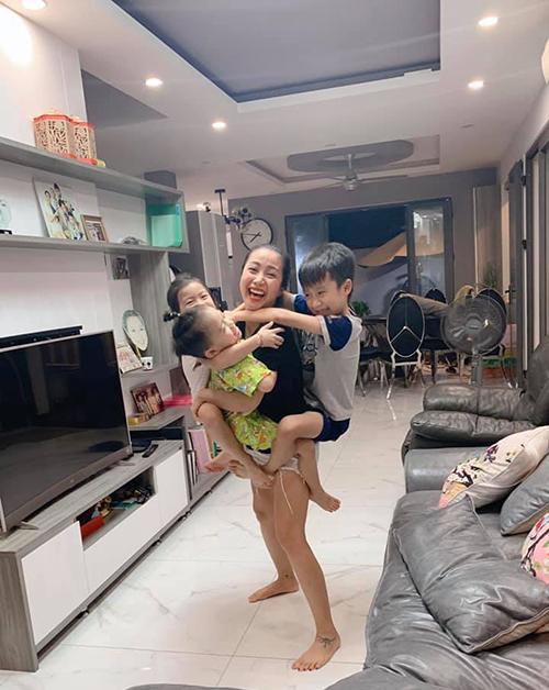 Ốc Thanh Vân được ba con đu bám vì cả tuần mới được hôm đi quay về sớm.