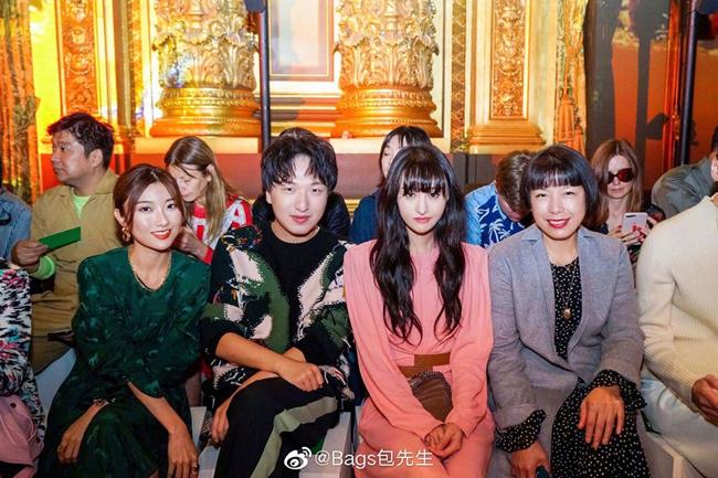 Nữ diễn viên ngồi bên hai blogger nổi tiếng Trung Quốc, và tổng biên tập tở Vogue China (ngoài cùng bên phải).
