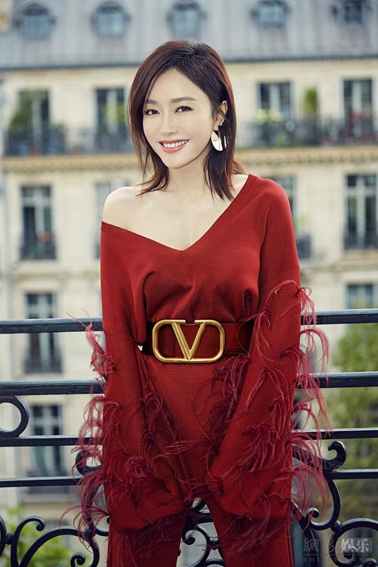 Diễn viên Tần Lamtỏa sáng giữa dàn khách mời tham dự show của thương hiệu Valentino, sự kiện trong khuôn khổ Tuần lễ Thời trang Xuân Hè Paris 2020. Nữ diễn viên Diên Hy Công Lược mặc trang phục đỏ rực rỡ, khoe đôi vai trần nuột nà.
