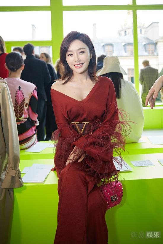 Nữ diễn viên Diên Hy Công Lược mặc trang phục đỏ rực rỡ, khoe đôi vai trần nuột nà.