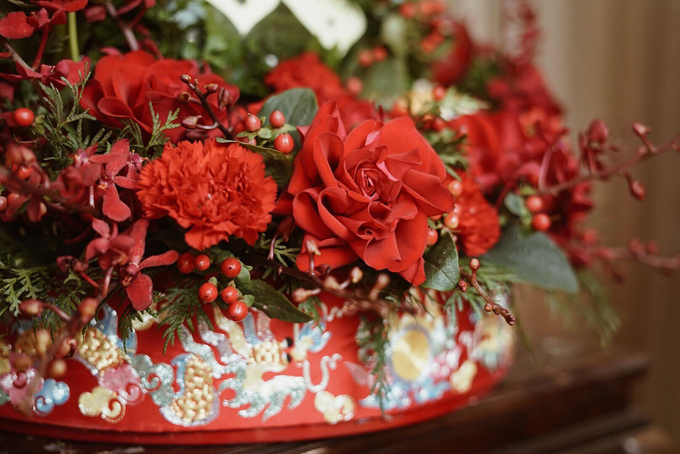 Hoa tươi mang tông đỏ chủ đạo được phối với hoa baby theo ý thích của uyên ương, không quá cầu kỳ, giúp tô điểm cho sính lễ ngày trọng đại.