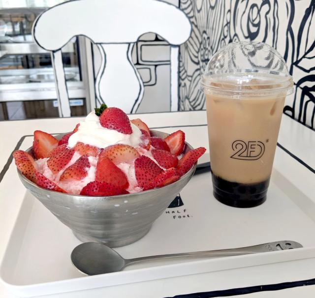 Một ưu điểm khác của không gian 2D chính là bất cứ loại đồ uống nào cũng trở nên nổi bật và sống động trên nền đen trắng. Bạn có thể chọn các loại đá bào được yêu thích ở đây như đá bào dâu tây với giá 1.250 yen. Món được đánh giá ngon với kem sữa đông lạnh, dâu tây tươi, khác với món đá bào siro đương thông thường.