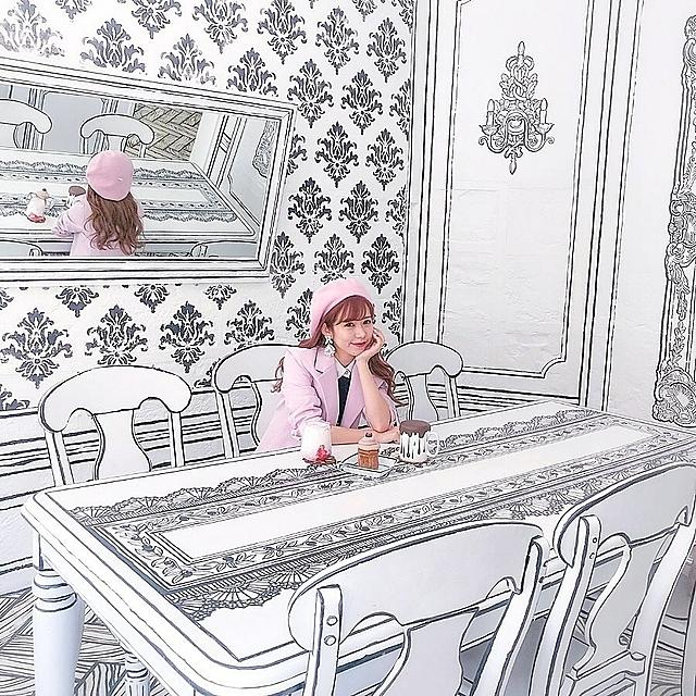 Chủ quán đã sử dụng một số thủ thuật đặc biệt để đánh lừa thị giác của thực khách. Bàn ghế hoàn toàn đơn sắc với 2 màu đen trắng. Bàn ghế, sàn và trần nhà cũng được thiết kế ton sur ton, khiến bạn ngỡ như đang lạc với thế giới 2D mà phải nhìn rất kỹ mới phát hiện ra đây là những chiếc bàn ghế thật chứ không phải mô hình.