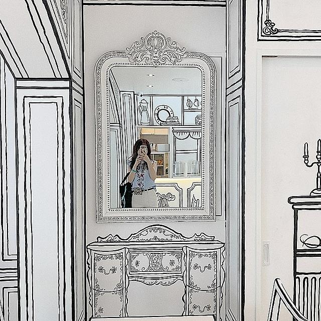 Màu trắng toát cùng phong cách trang trí không giống ai của quán cà phê này đã nhanh chóng thu hút giới trẻ đến check in, mô phỏng bản thân là nhân vật chính trong cuốn truyện tranh.