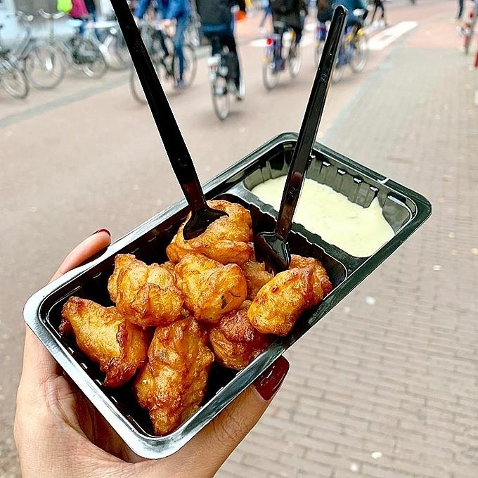 Haring (cá trích sống) là một món ngon của Hà Lan có vị ngon đặc biệt, nằm trong top những món nhất định phải thử khi đến xứ sở cối xay gió. Du khách có thể yên tâm ăn vì chúng được ướp muối và đông lạnh để đảm bảo an toàn cho sức khỏe. Món ăn rất giàu chất béo Omega-3.