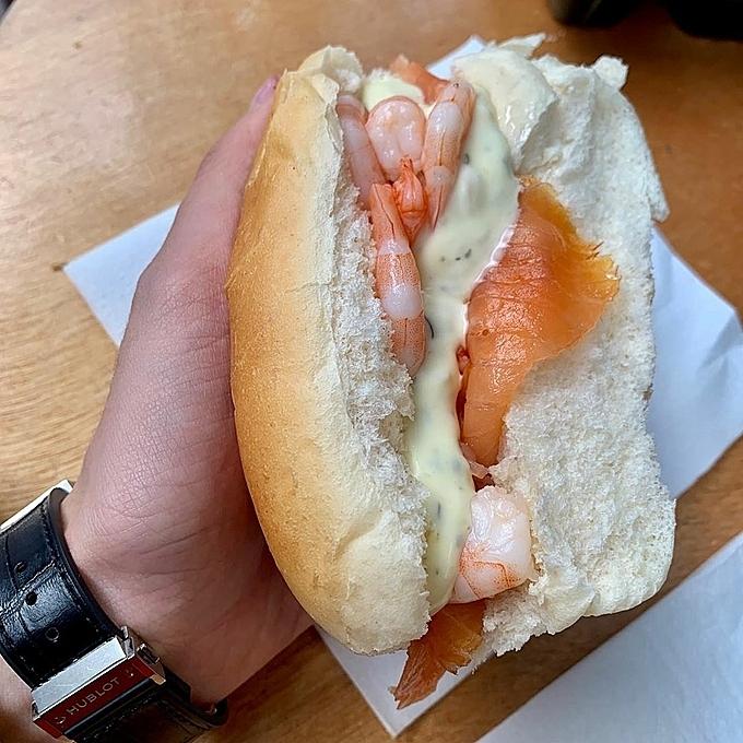 Cá trích muối béo ngậy ăn kèm với hành tây và dưa chuột muối chua, bánh mì ăn kèm với cá hồi xông khói và tôm sốt đi kèm, cá tuyết tẩm bột chiên.Herring Stall Jonk rất nổi tiếng với giới du lịch bụi khi đến Amsterdam, bạn có thể ghé một trong hai cơ sở: một ở gần chợ hoa thành phố và một địa chỉ gần quảng trường Dam, trung tâm thành phố.