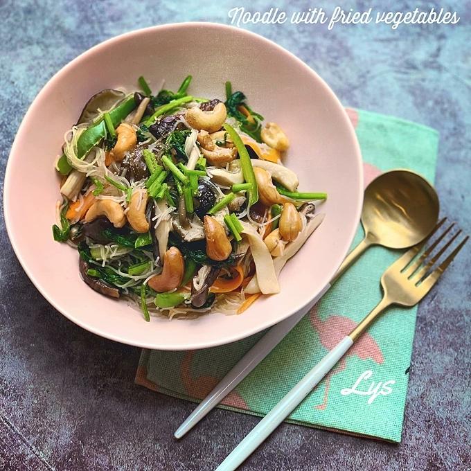 Trúc Ly áp dụng hai nguyên tắc để bản thân không ngại nấu nướng. Đó là Biết mình muốn ăn gì và Nấu nhanh - dọn sạch.