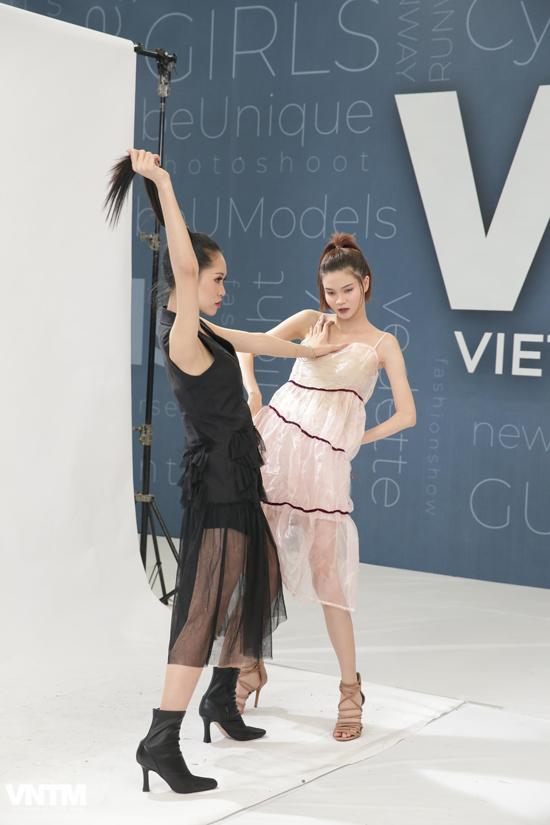 Một số thí sinh lần đầu tiên làm quen với ống kính thời trang, vì thế họ không tránh khỏi sự bối rối.
