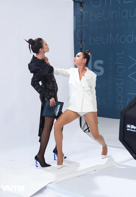 Lần đầu cùng góp mặt trên ghế nóng của Vietnams Next Top Model, Mâu Thủy và Võ Hoàng Yến thể hiện sự phối hợp ăn ý.