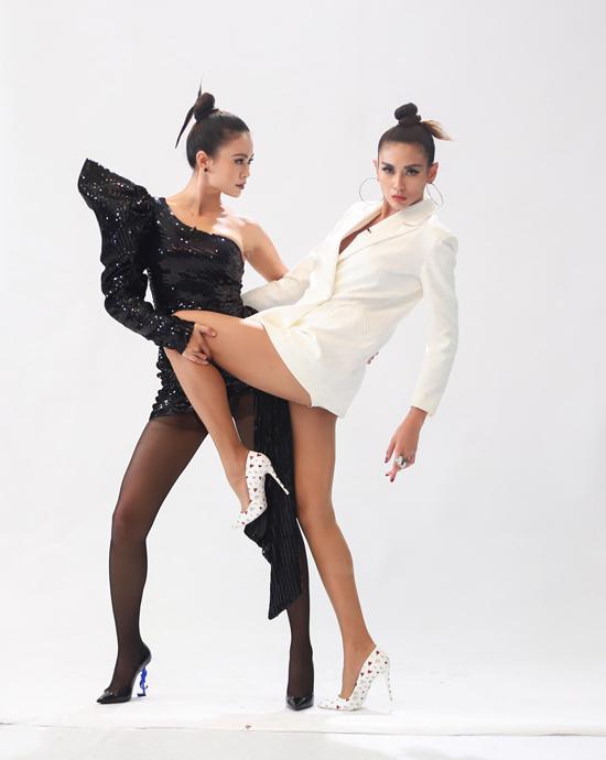 Hai người mẫu làm tóc đồng điệu và cùng khoe chân dài sexy với hai mẫu váy ngắn trên tông màu tương phản.
