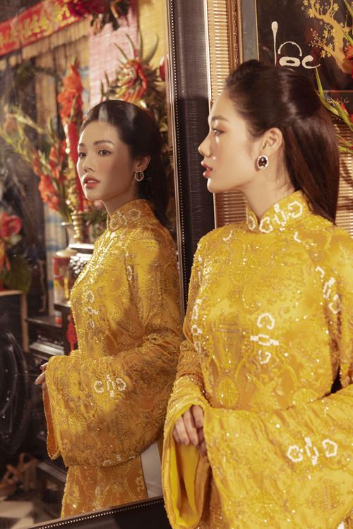 Mẫu áo dài đầu tiên mà Trâm Anh diện được lấy cảm hứng từ trang phục cung đình xưa, có họa tiết truyền thống, tay áo dài, thụng.