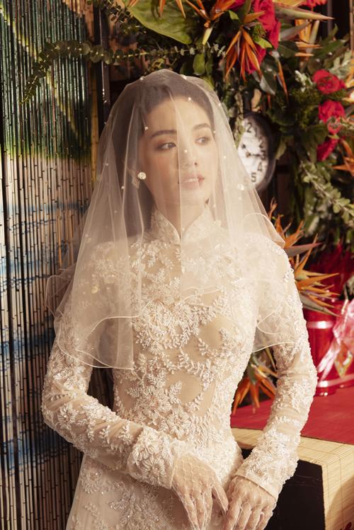 Họa tiết ren nổi được trải dài toàn bộ thân áo, mang lại vẻ nữ tính cho bộ cánh.