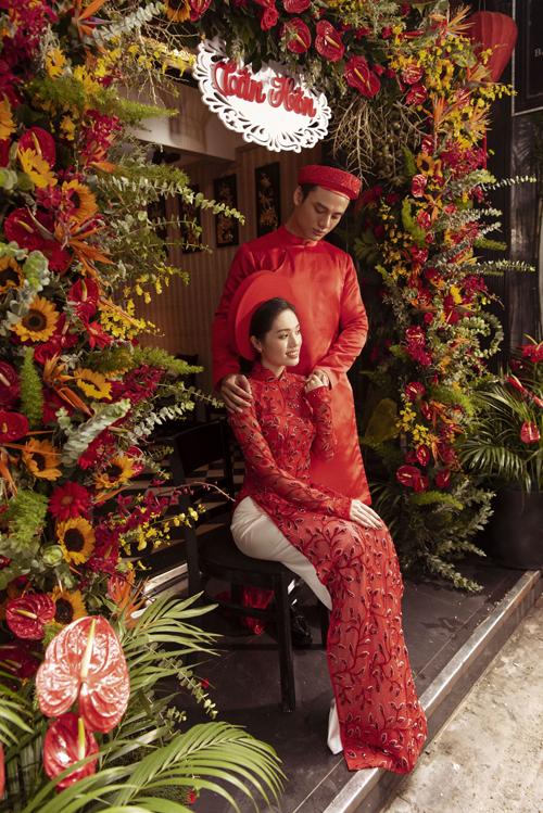 Tay áo ôm, phần eo được chiết cao giúp thân hình cô dâu thon gọn. Chú rể có thể chọn diện áo dài sắc đỏ giống cô dâu.