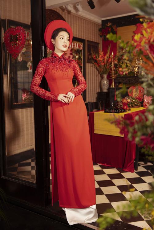 Phần tà áo không quá dài, giúp cô dâu cảm thấy thuận tiện khi di chuyển.