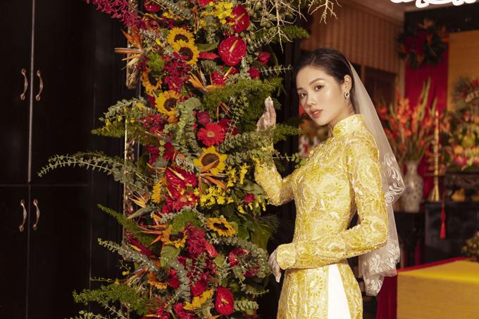 Áo dài vàng từ ren cao cấp được thực hiện tỉ mỉ từng đường kim, mũi chỉ để cô dâu có vẻ ngoài hoàn hảotrong ngày trọng đại.
