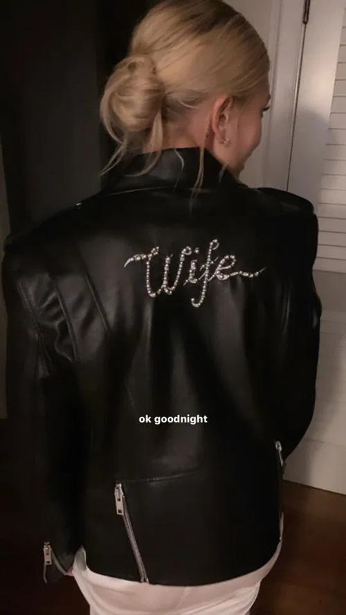 Trong dịp đại hỷ, cô dâu còn diện thêm một áo khoác da có thêu chữWife (Vợ), ý chỉ đã là vợ người ta.