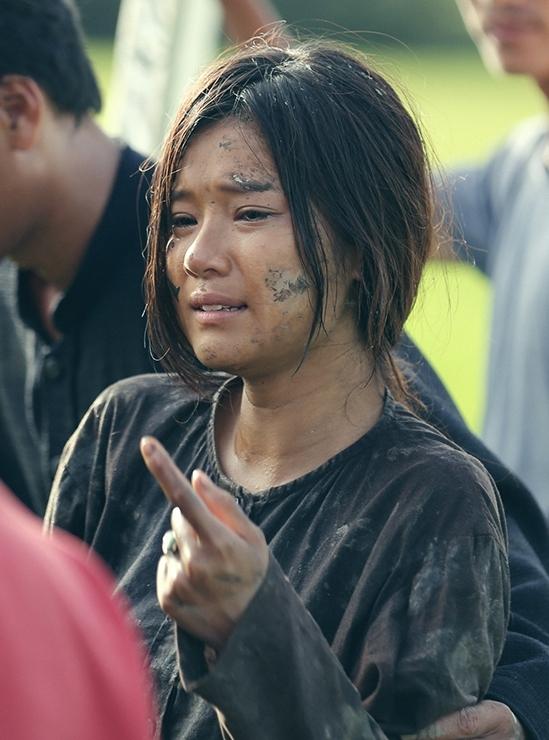 Hoàng Yến lem luốc bùn trong phim.