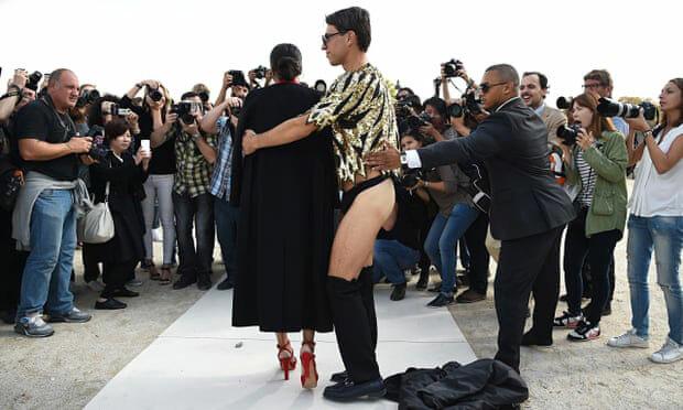 Cũng tại Paris, Vitalii mặc độc quần sịp, lao tới ôm ca sĩ Ciara.