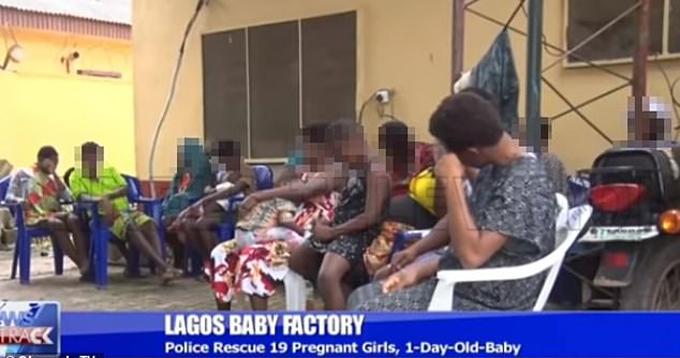 NHững nạn nhân được giải cứu khỏi nhà máy sản xuất trẻ em ở thành phố Lagos, Nigeria. Ảnh: Channels TV.