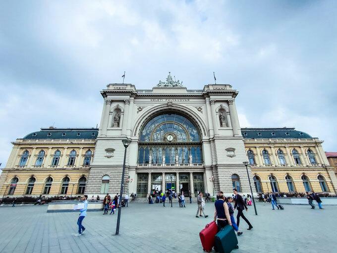 Ga đường sắt Budapest Keleti:Budapest Keleti (phía Đông) là ga đường sắt quốc tế và liên thành phố chính ở Budapest, Hungary. Keleti mở cửa vào năm 1884, từng được coi là nhà ga xe lửa hiện đại nhất châu Âu. Nhà ga đường sắt được thiết kếđẹp với cổng vào và những chi tiết sang trọng không kém bất cứ tòa lâu đài nào. Ga đường sắt Budapest Keleti được thế giới xếp vào Top 10nhà ga đẹp nhất châu Âu.